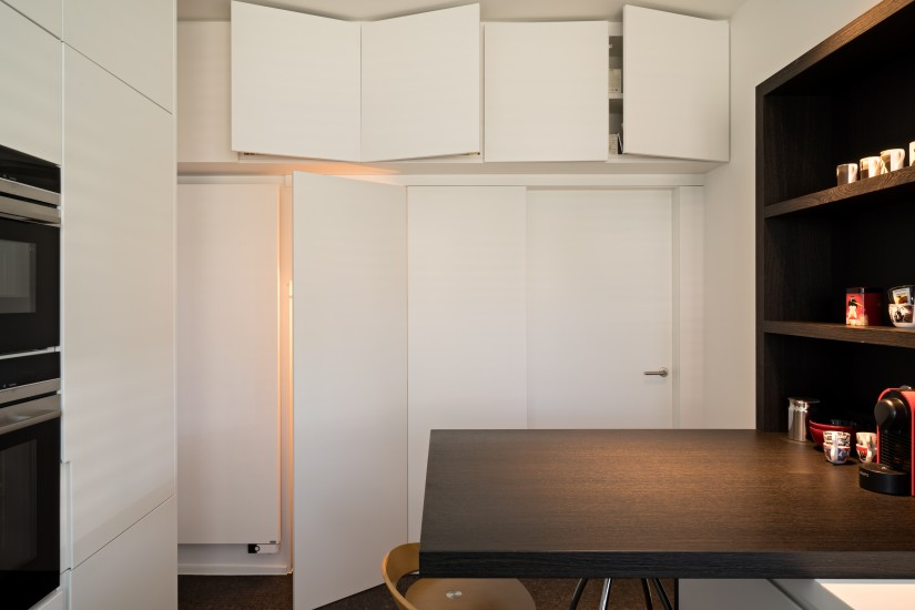 FB 1521 woning - edegem - keuken zwart en wit zwarte fineer kastenwand
