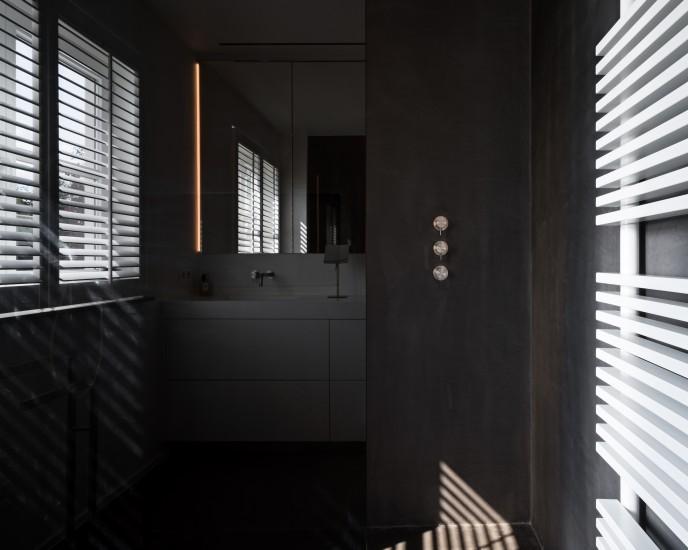 FB 1521 woning - edegem - zwarte badkamer contrast moeras eik
