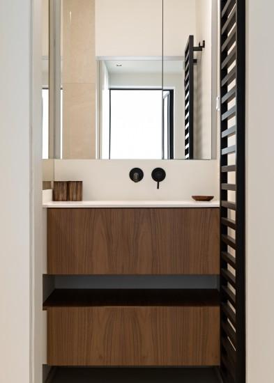 FB 1729 LAER appartement - knokke-heist - badkamer maatwerk notelaar zwart kraanwerk.jpg
