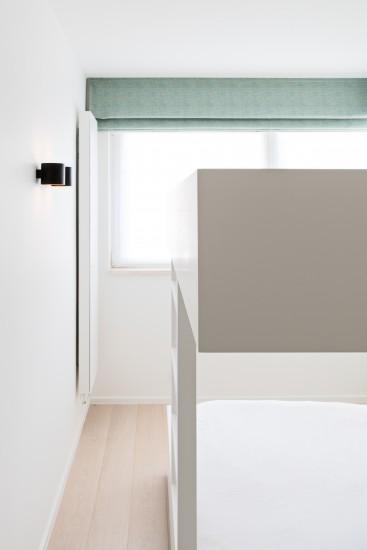 FB 1729 LAER appartement - knokke-heist - stapelbed detail maatwerk wit blauw parket.jpg