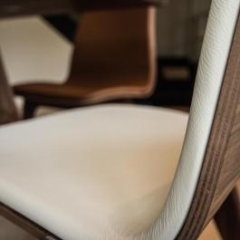 Frederic-Blij-Interieurvormgever-villa-inrichting-stoel-leder-bridgetafel