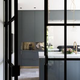 FB 1601 DESMET woning - steel door keuken blauw