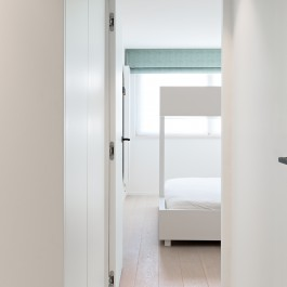 FB 1729 LAER appartement - knokke-heist - invisible doors satijn wit zwart details