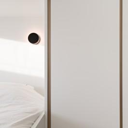 FB 1729 LAER appartement - knokke-heist - slaapkamer wit brons detail verlichting.jpg
